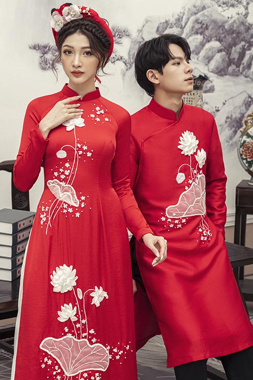 Cặp áo dài Bạch Liên Song Diệp được làm từ chất liệu vải lụa Hàn Quốc, có độ ôm giúp tôn dáng.