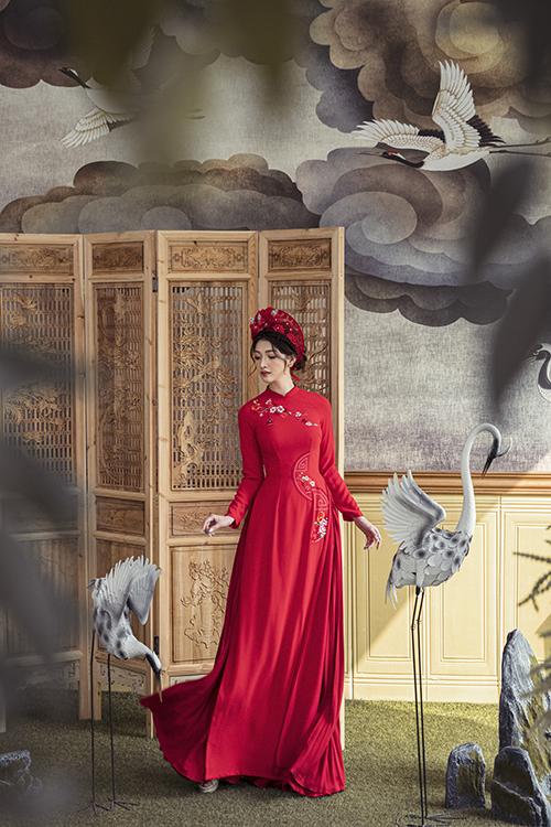 Một gợi ý khác cho cô dâu thích màu đỏ là áo dài hoạ tiết chữ Hỷ cách điệu.
