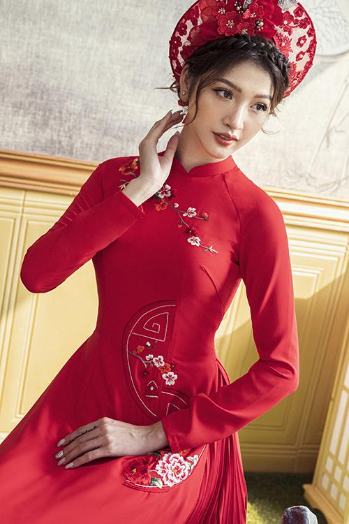 Phụ kiện đi kèm áo là mấn đỏ đính hoa thêu 3D làm thủ công.