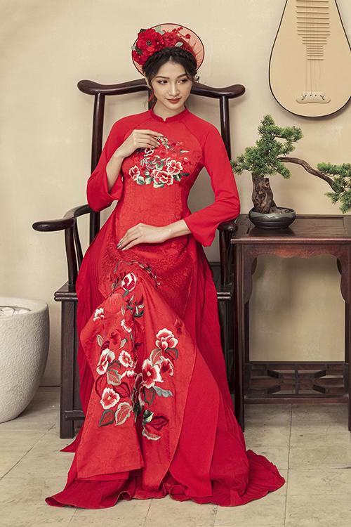 Riêng áo cô dâu còn có thêm phiên bản khối hoa tròn trước ngực.