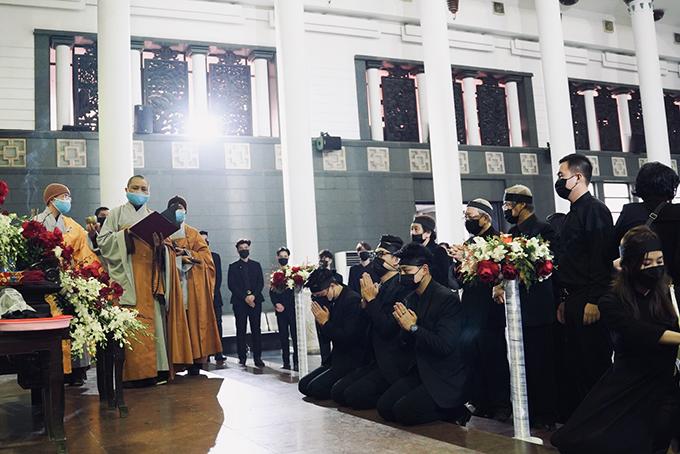 Lễ nhập quan của NSND Hoàng Dũng diễn ra lúc 7h sáng. Ngoài hai người con trai ruột, diễn viên Chí Nhân (giữa) cũng chịu tang ông, cùng gia đình quỳ gối trước linh cữu.