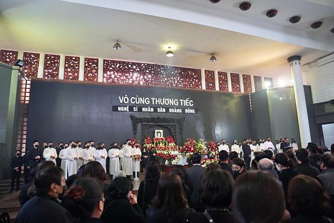 Hàng chục diễn viên của Nhà hát Kịch Hà Nội mặc áo dài trắng bưng nến, tái hiện một phân đoạn của vở kịch Tiếng đàn vùng Mê Thảo bên linh cữu NSND Hoàng Dũng khiến nhiều người xúc động.