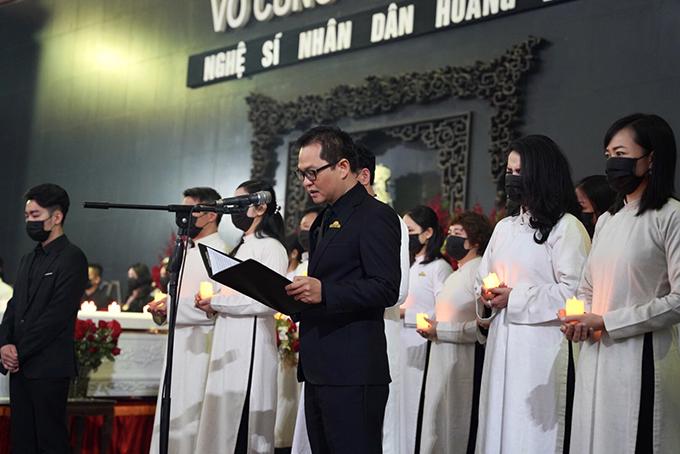 NSND Trung Hiếu, trưởng ban tang lễ điểm lại những thành tựu trong cuộc đời làm nghệ thuật của NSND Hoàng Dũng.