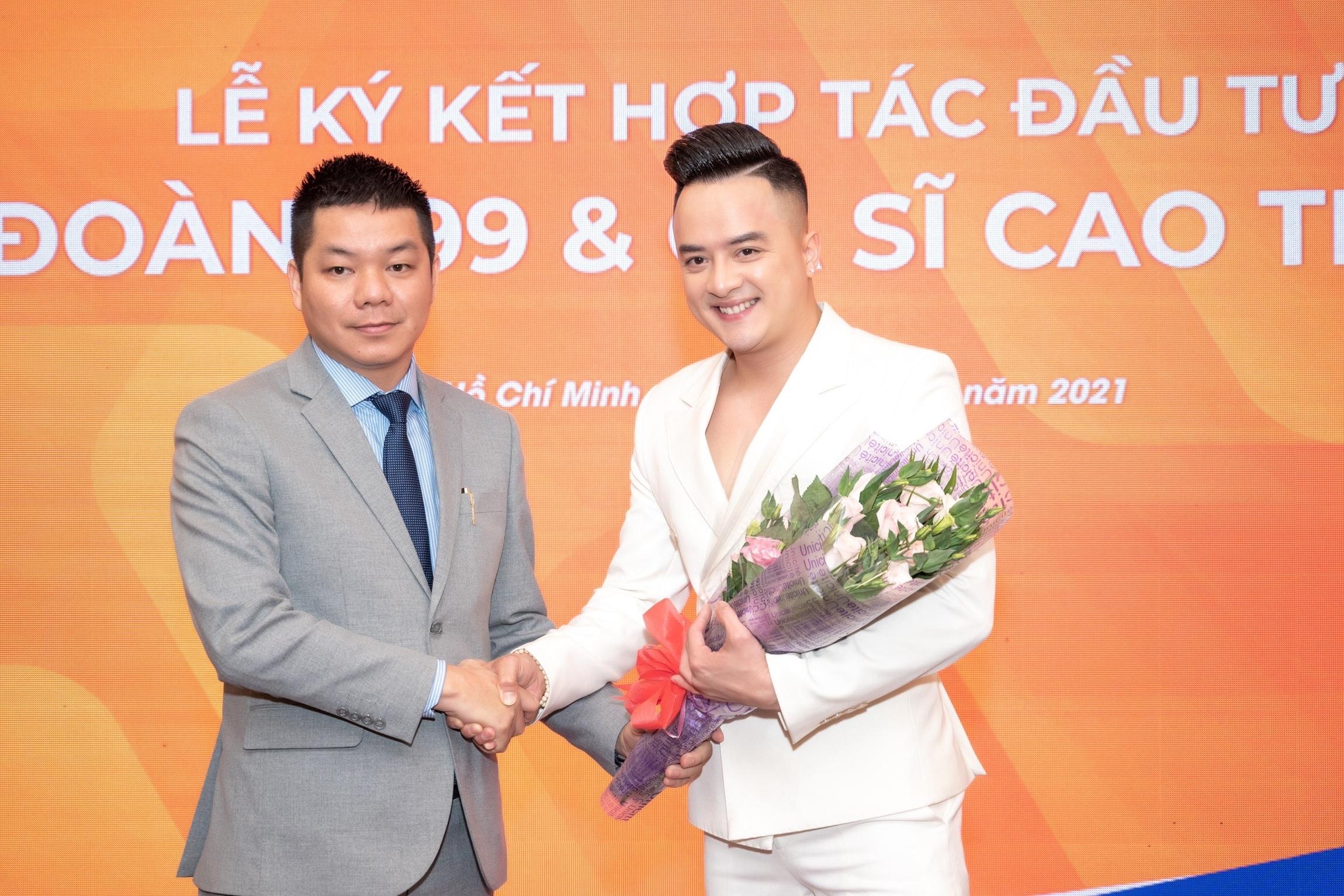 Ca sĩ Cao Thái Sơn (phải) tại buổi lễ ký kết.