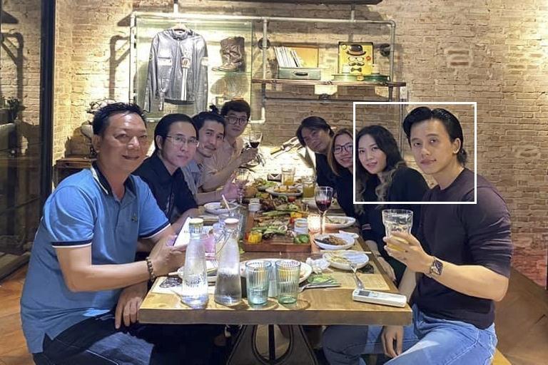 Nam diễn viên sinh năm 1991 và đàn chị thỉnh thoảng sánh đôi bên nhau trong những lần gặp gỡ bạn bè, anh trai (áo xanh, bên trái).