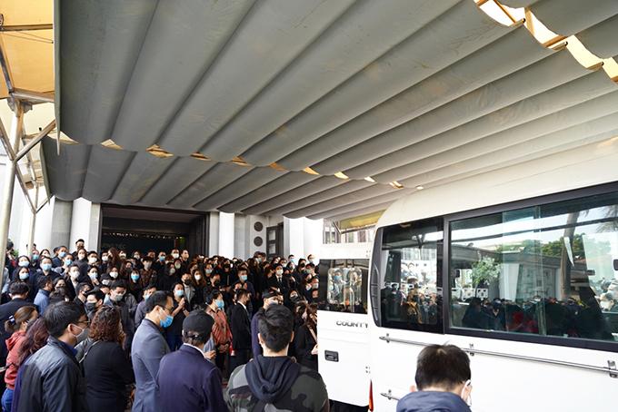 Hàng trăm người thân, bạn bè, đồng nghiệp nán lại để tiễn đưa NSND Hoàng Dũng.