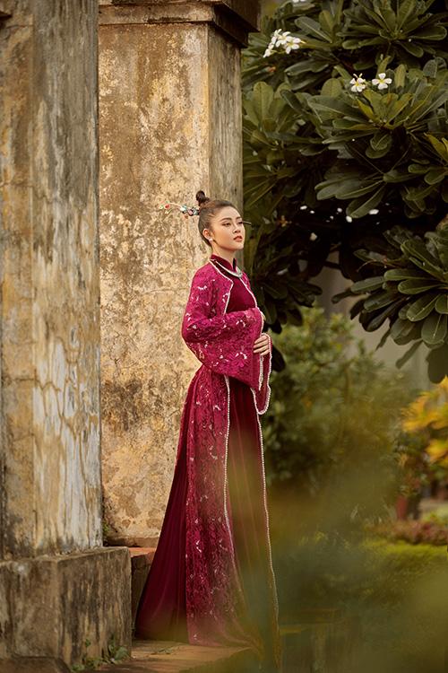 Lý Kim Thảo sinh năm 1995, hoạt động showbiz với các vai trò người mẫu, gương mặt quảng cáo. Cô yêu thích tà áo dài từ khi bén duyên NTK Nhật Dũng và gắn bó với nó trên sàn diễn.