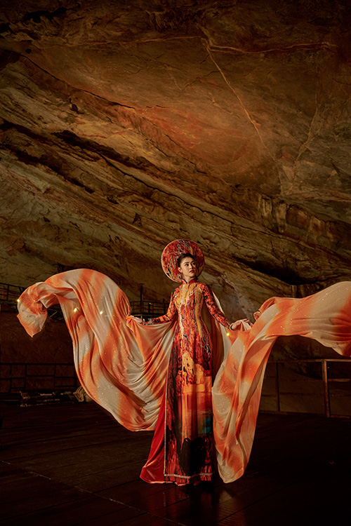 Với nhiều danh lam thắng cảnh mang vẻ đẹp thiên nhiên hoang sơ, hùng vĩ, Quảng Bình là nguồn cảm hứng sáng tác cho Nhật Dũng. Anh có nhiều bộ sưu tập áo dài lấy ý tưởng từ các di sản thiên nhiên vật thể và phi vật thể tại mảnh đất nắng gió. Những trang phục Lý Kim Thảo trình diễn dưới đây mang đậm dấu ấn Quảng Bình.