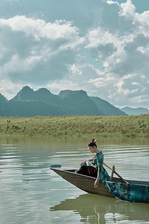 Áo dài Nhật Dũng nổi bật nhưng hòa quyện vào thiên nhiên, sông nước.