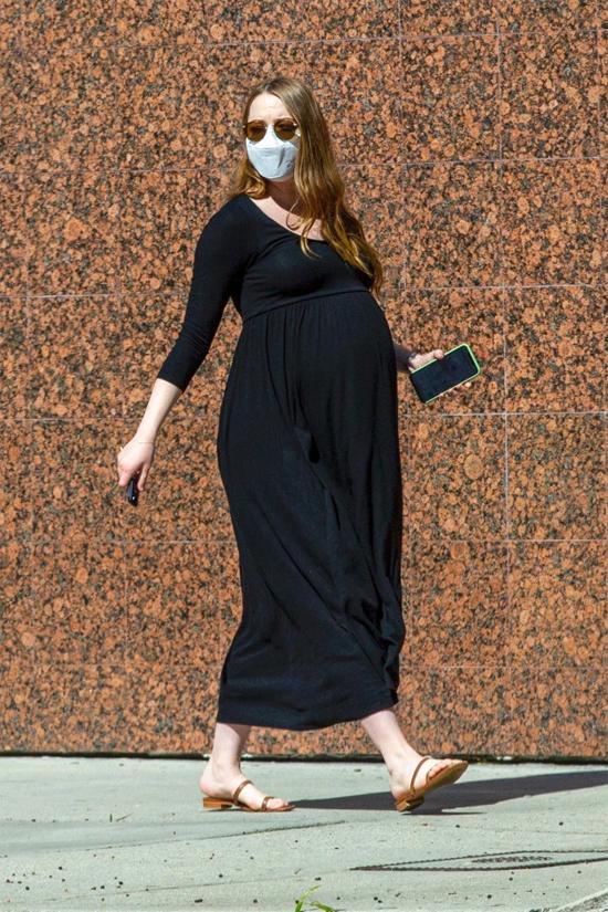 Vì dịch bệnh, Emma Stone ít khi ra ngoài trong suốt thời kỳ bầu bí. Nữ diễn viên đeo khẩu trang và kính kín mít để tránh dịch và đi sandal bệt bảo đảm an toàn.
