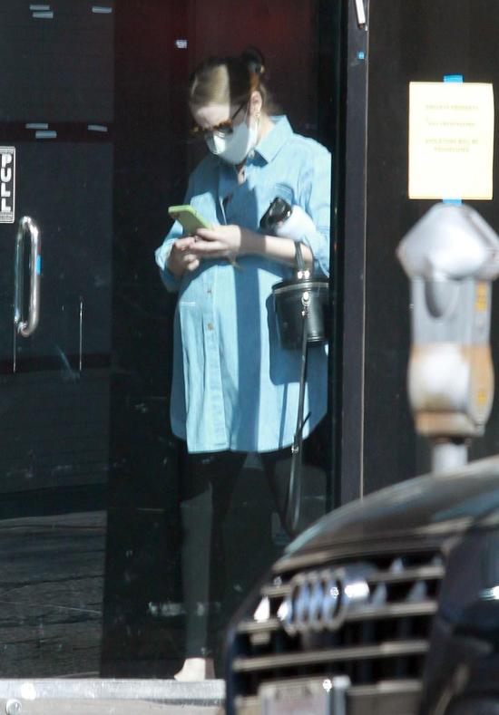 Từ khi bắt đầu mang thai vào hè năm ngoái, Emma dừng mọi công việc để ở nhà nghỉ ngơi. Cô từ bỏ dự án phim Babylon đóng cùng Brad Pitt của đạo diễn La La Land Damien Chazelle. Phim lẽ ra quay từ đầu năm ngoái nhưng phải hoãn lại vì dịch bệnh và đã xung đột với kế hoạch riêng của Emma Stone. Nữ diễn viên Margot Robbie được nhắm thay thế cô.