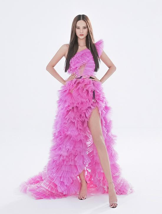 Bên cạnh đó, Trần Hùng thực hiện hai thiết kế gam hồng nổi bật - màu sắc mà Hương Ly yêu thích. Trong đó, một thiết kế và bằng chất liệu vải taffeta - một trong những chất liệu vải đặc trưng xuyên suốt các BST từ trước tới giờ của