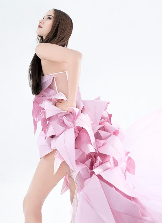Mẫu đầm hoa ly được tạo nên bằng kỹ thuật gấp origami cầu kỳ, tinh tế, đem lại nét kiêu sa, quyến rũ cho người mặc.
