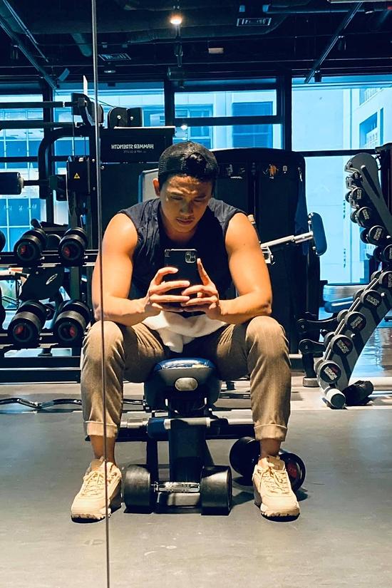 Hằng ngày, bạn trai tin đồn của Mỹ Tâm vẫn chăm chỉ tập gym, duy trì hình thể.