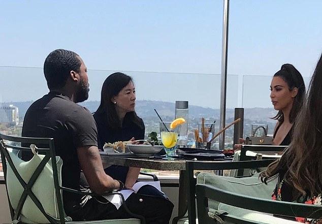 Kim (phải) trò chuyện với Meek Mill (trái) và một nhà hoạt động xã hội trên ban công khách sạn ở Los Angeles.