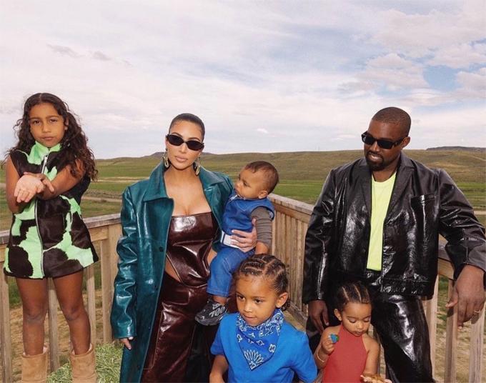 Kim-Kanye bên bốn người con tại điền trang ở Wyoming đầu năm 2000. Ảnh: Instagram.