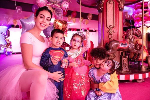 Georgina Rodriguez bên 4 đứa con. Ảnh: Instagram.
