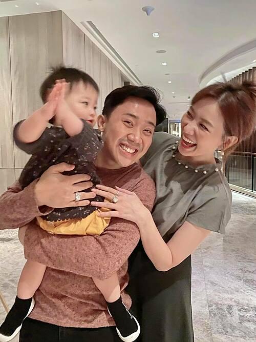 Vợ chồng Trấn Thành - Hari Won chơi đùa bên cháu.
