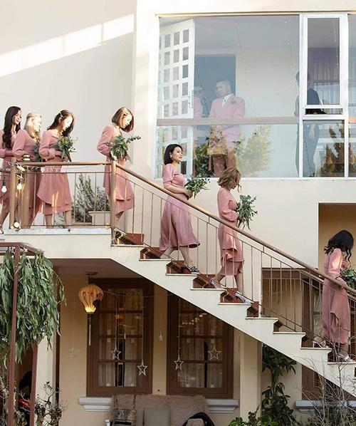 Tất cả phù dâu, phù rể đều diện đồ màu hồng đồng điệu trong hôn lễ.