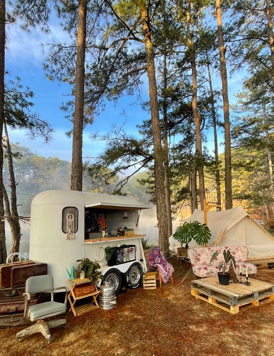 Khu vực camping đầy đủ trang thiết bị cần thiết, đồ ăn, lều ngủ và nhiều góc sống ảo đẹp như Tây. Địa điểm này có tên là Camp Art by Mợ Jen, nằm ở Thung Lũng Vàng và cách không xa các danh thắng nổi tiếng ở xứ sở ngàn hoa là Làng Cù Lần, cây thông cô đơn, đồi cỏ hồng...