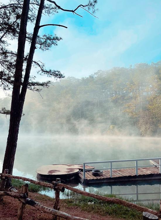 Ngay tại khu camping có nhiều góc sống ảo như trong phim. Sáng sớm, mặt hồ phủ một lớp sương mờ ảo, xa xa là rừng thông lãng mạn. Tuy nhiên, Tóc Tiên chia sẻ nhiệt độ ở đây rất lạnh vào buổi tối và sáng sớm, khoảng 10 độ C nên bạn cần mang quần áo đủ ấm.