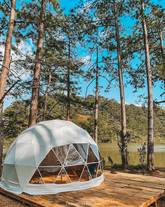 Căn lều ngủ nằm ngay ven hồ, bên trong có chuẩn bị túi ngủ khá ấm áp. Khu vực này lúc đông nhất chứa khoảng 40 người nhưng nếu đi vào những ngày vắng vẻ, bạn có thể tận hưởng sự yên tĩnh, thanh bình của nơi đây.