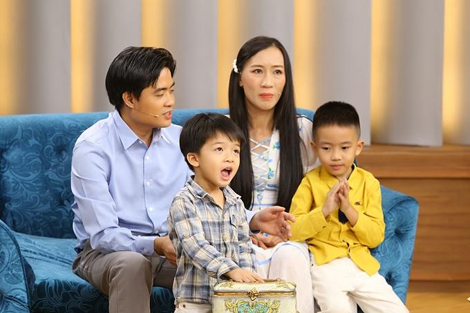 Vợ chồng anh Quang chị Nhi và hai con trai: bé Thạc (áo kẻ), bé Thiện (áo vàng). Cả gia đình trở thành khách mời trong chương trình Mảnh Ghép Hoàn Hảo được phát sóng lúc 21h35 hôm nay ngày 21/2/2021 trên VTV9.