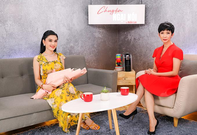 Lâm Khánh Chi trò chuyện cùng siêu mẫu Xuân Lan.