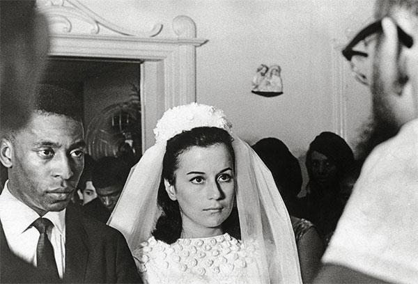 Pele trong hôn lễ với người vợ đầu Rosemeri năm 1966. Ảnh: PT.