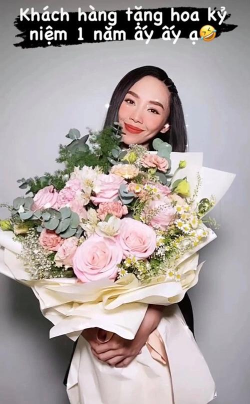 Về phía Tóc Tiên, trong kỷ niệm ngày cưới, cô được chồng tặng một bó hoa lớn. Cô gọi chồng là khách hàng.