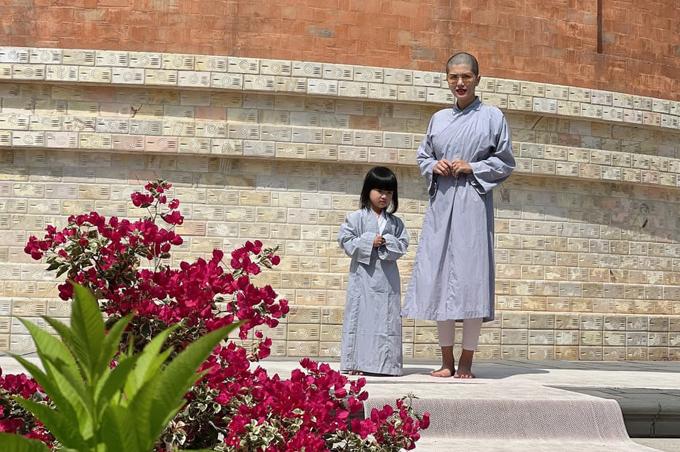 Vợ chồng Oanh Yến cùng xuống tóc