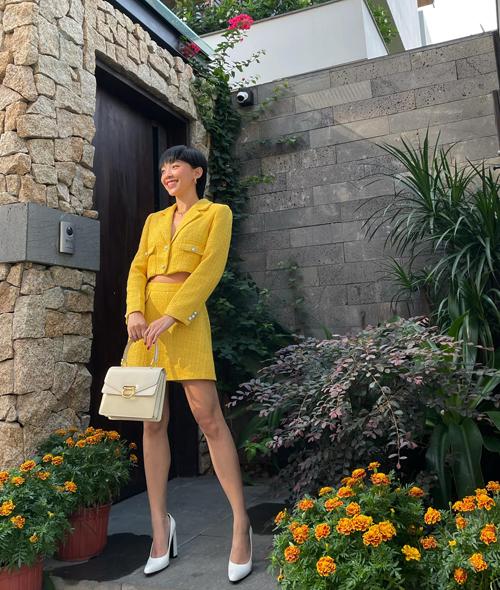 Trong loạt trang phục đầu năm mới, Tóc Tiên cũng cập nhật sắc màu phù hợp với xu hướng thời trang 2021. Đơn cử như tôn vàng được dự báo sẽ gây sốt ở mùa mốt năm nay.