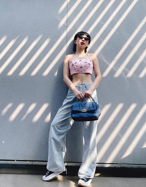 Trong dàn ca sĩ trẻ, Tóc Tiên là một trong những cô nàng chuộng phong cách sexy và cá tính. Những trang phục phù hợp với xu hướng mới cũng luôn được Tóc Tiên cập nhật nhanh chóng.