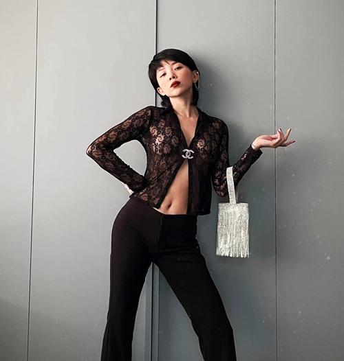Mẫu áo mỏng manh được ca sĩ sử dụng gài áo Chanel để khiến hình ảnh của cô thêm phần sexy.