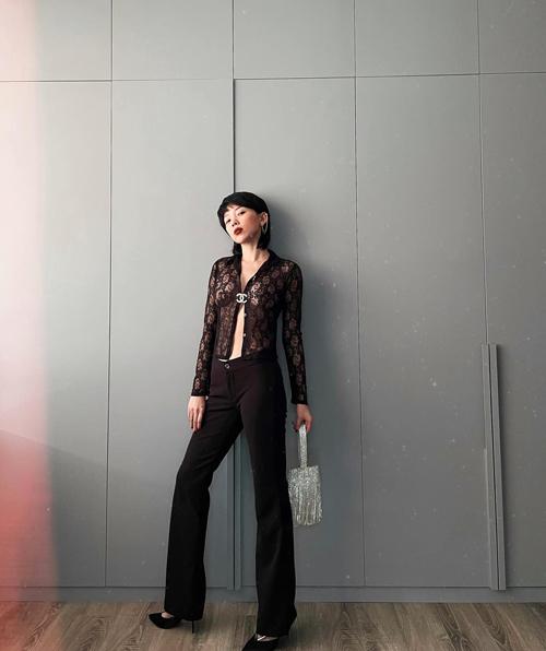Áo ren xuyên thấu, quần âu ống đứng và túi xách tay tau rua ánh kim được Tóc Tiên kết hợp cùng nhau.