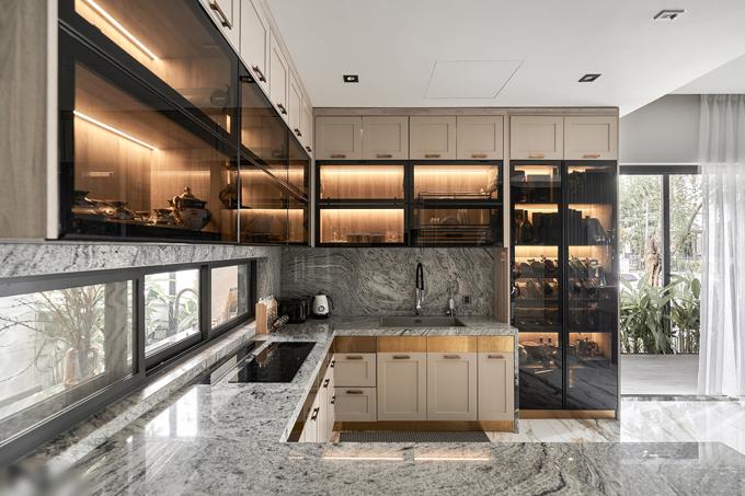 Thiết kế bếp với hệ cánh kính và tay nâng vừa thẩm mỹ vừa tăng tính tiện dụng cho gia chủ.