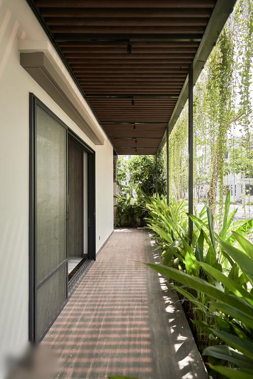 Nữ chủ nhà rất thích cây xanh, vì vậy thềm cỏ và dàn cây rủ hiên nhà lúc nào cũng được chăm chút xanh mướt.