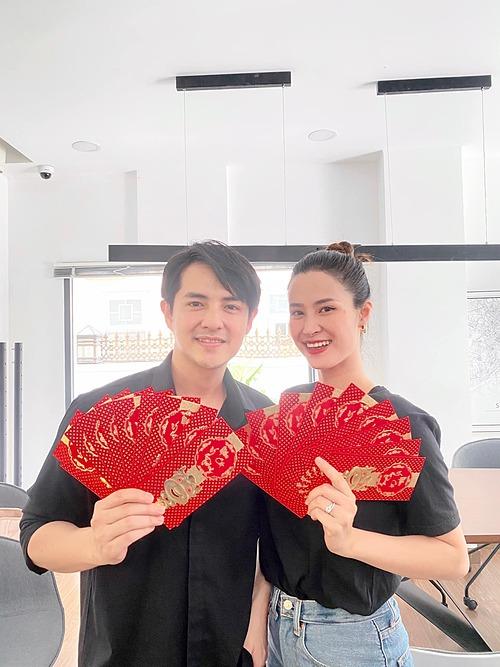 Vợ chồng Đông Nhi - Ông Cao Thắng khai trương, xin vía thần tài, cầu mong mọi điều thuận lợi, bình an trong năm 2021.