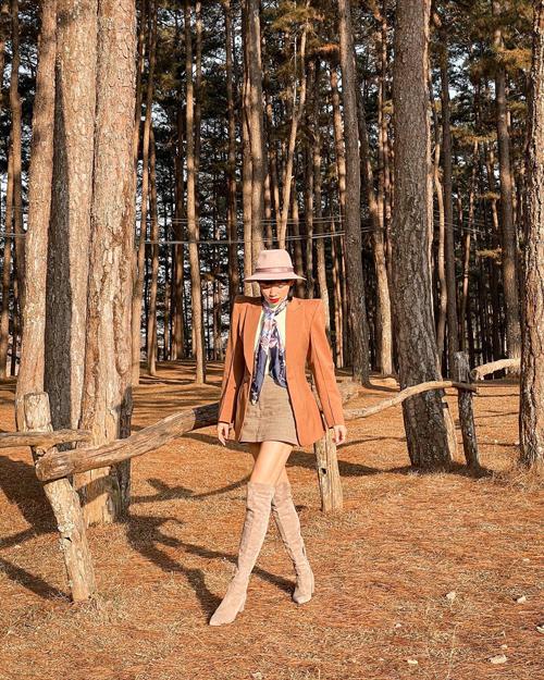 Khi đi du xuân vào dịp đầu năm, Tóc Tiên chọn chân váy ngắn dễ hack dáng để mix cùng bốt cổ cao, áo blazer tông nâu ấm áp.