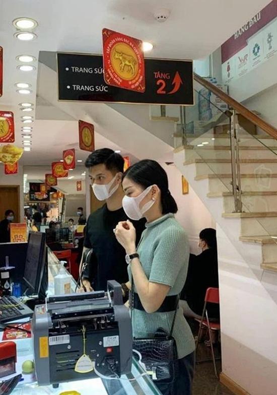 Lệ Quyên và tình trẻ Lâm Bảo Châu cũng được bắt gặp ở một trung tâm vàng bạc, đá quý.