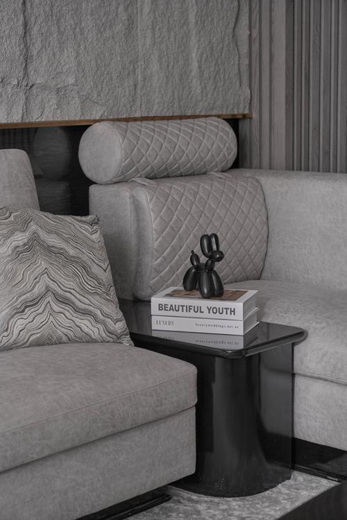 Bộ ghế sofa da bò mài với đường may quả trám làm điểm nhấn ở một số phần đệm lưng.