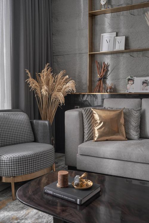 Bộ gối decor cùng tông màu tạo sự nhấn nhá thú vị. Ghế bành với màu da bóng xám đậm kết hợp họa tiết Houndstooth thời thượng.