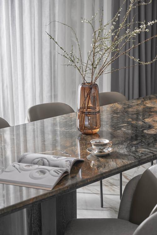 Mặt bàn ăn từ đá granite Brazil với những mẩu vàng, ruby kết hợp chân bàn gỗ sồi nguyên khối lớn.