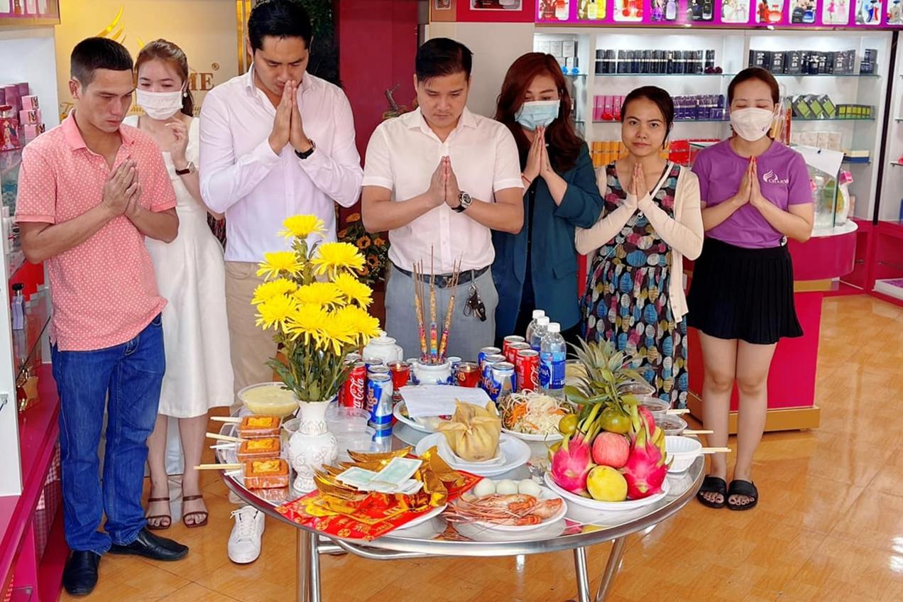 Hôm 21/2 là mùng Mười âm lịch - ngày vía Thần Tài nên nhiều nghệ sĩ chọn làm ngày cúng khai trương. Diễn viên Minh Luân (thứ ba từ trái qua) cùng các đồng nghiệp thành tâm cầu nguyện công việc kinh doanh phát đạt.