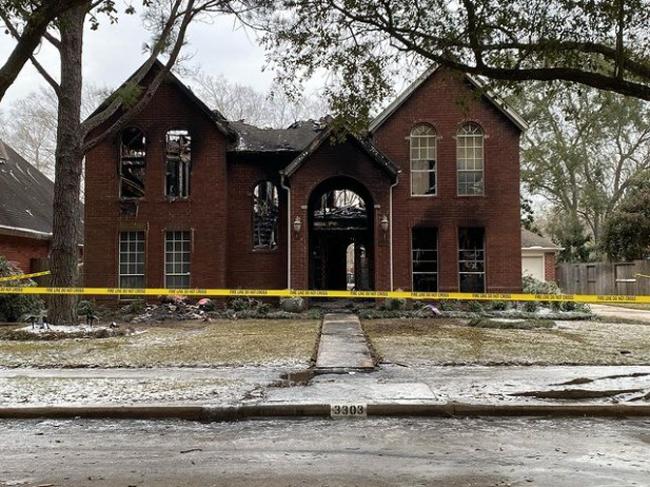 Hiện trường ngôi nhà bị cháy của gia đình gốc Việt ở Sugar Land, bang Texas. Ảnh: Instagram.