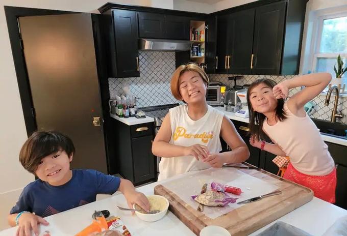 Edison, Olivia và Colette Nguyen trong một bức ảnh tại nhà ở Texas. Ảnh: Vanessa Kon.