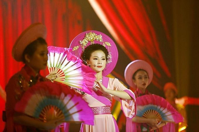 Thiên Hương sinh năm 1993, được biết đến qua cuộc thi Duyên dáng Bolero 2018. Ngoài tài năng ca hát, cô liên tục được các giám khảo: MC Kỳ Duyên, diễn viên Quý Bình... khen ngợi nhan sắc xinh đẹp, cuốn hút.