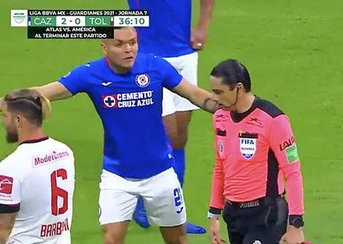 Cầu thủ Cruz Azul (áo xanh) phản đối dữ dội tình huống trọng tài Romo vô tình cứu thua cho Toluca. Ảnh: Youtube.