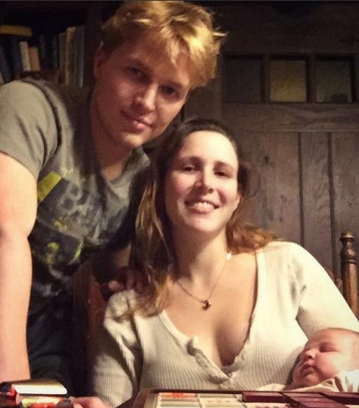 Ronan bên chị gái nuôi Dylan Farrow.