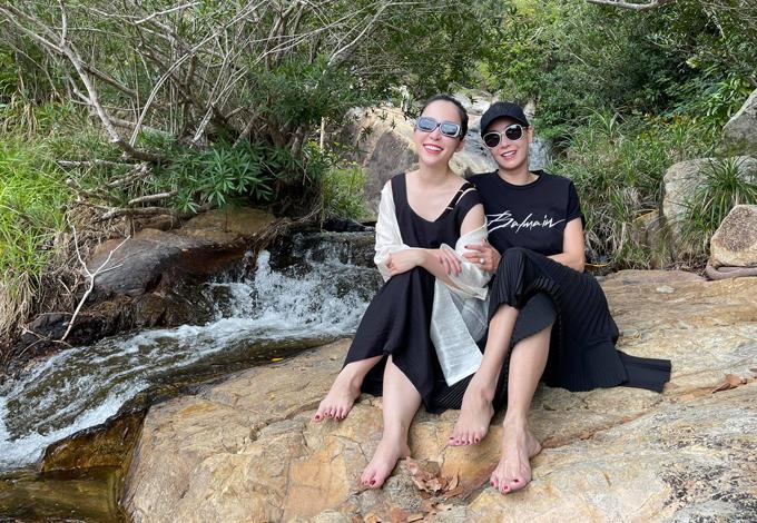 Hà Kiều Anh chụp ảnh cùng Linh Nga.
